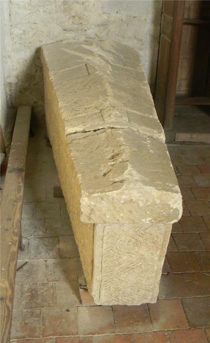Sarcophage mérovingien dans l'église de Brissarthe