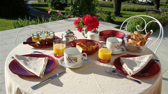 petit déjeuner sur la terrasse.JPG
